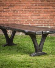 Luomus Woodworks inspiroidu kuninkaan pöytä Käsin tehty kuusipöytä jolta kelpaa takapihan kuninkaankin aterioida.